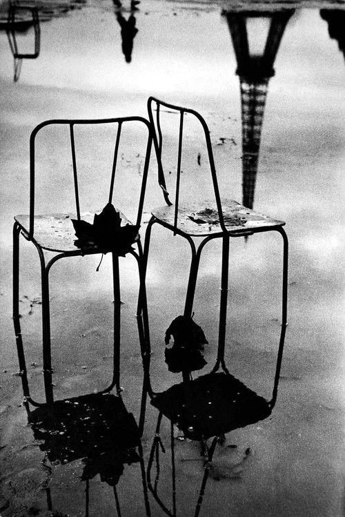Reflets de chaises et de la Tour Eiffel. Paris, 1957.