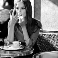 Seduta ad un caffè